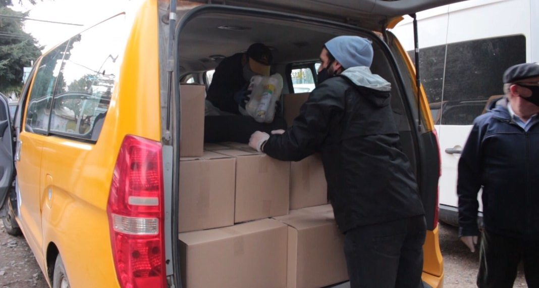 cajas de alimentos y transportistas escolares